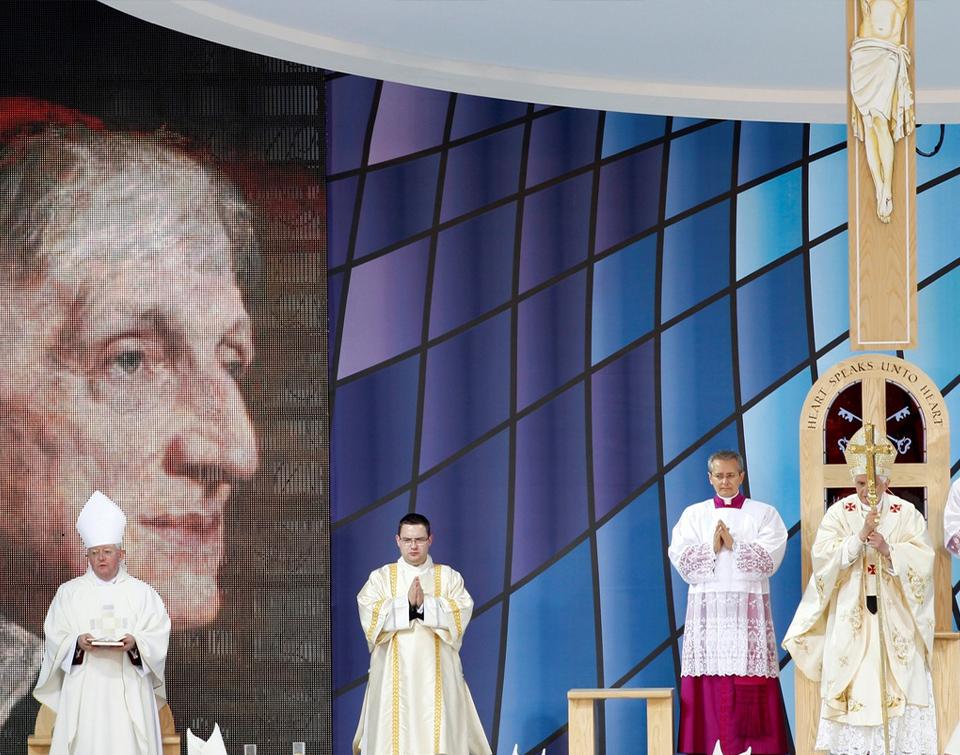 El Papa Benedicto xvi celebra misa junto a 3 ayudantes